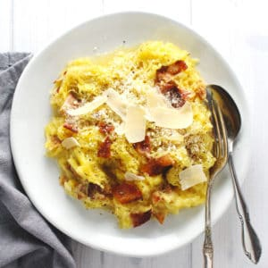 Cut back on the carbs with these low-calorie Spaghetti Squash Carbonara and enjoy a quick and easy dinner to prepare that the whole family will eat | via @AimeeMarsLiving | #SpaghettiSquash #Carbonara #LowCarb