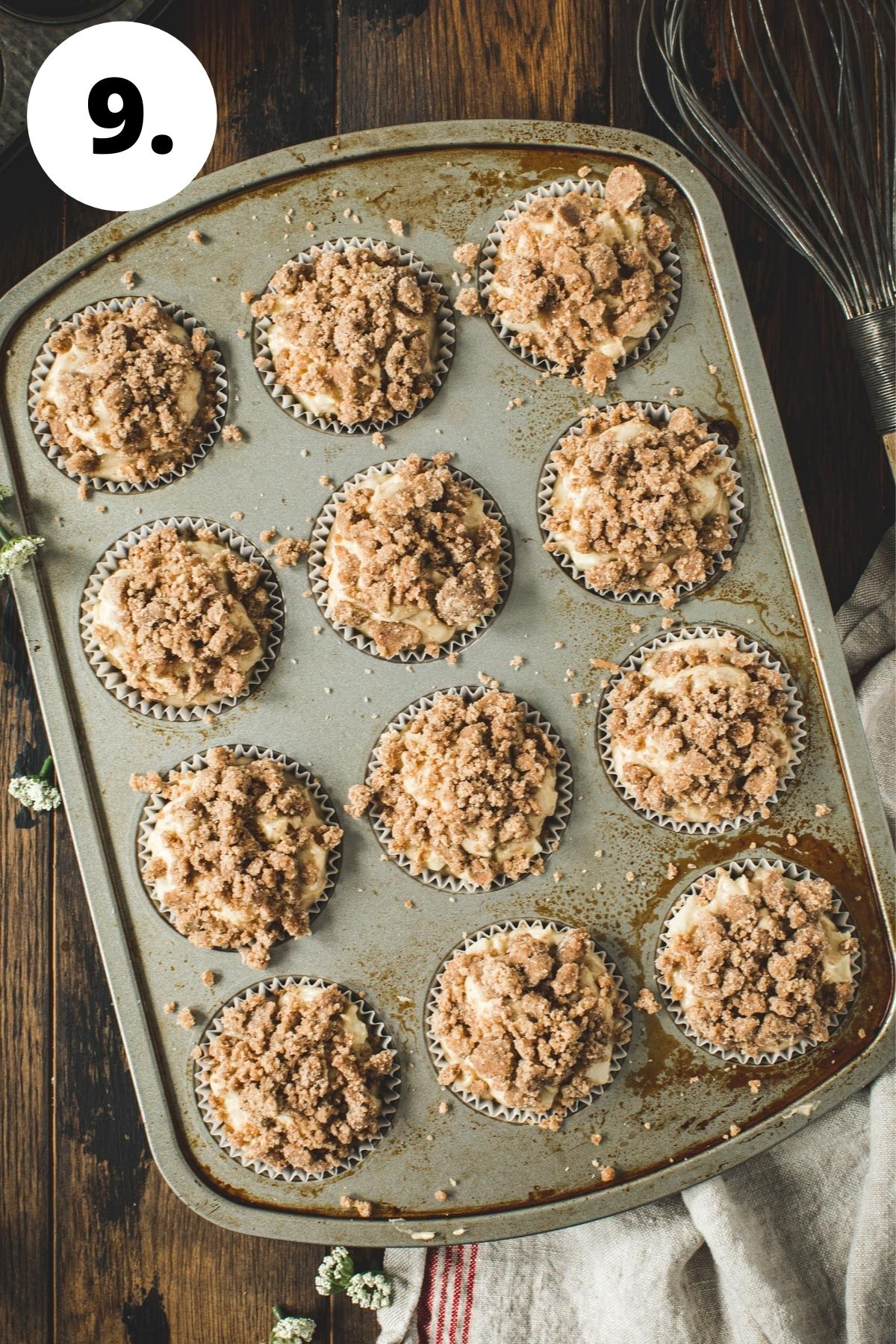 Apple crumble muffins process step 9.